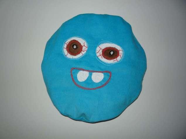 großes Kirschkernkissen blaues Monster