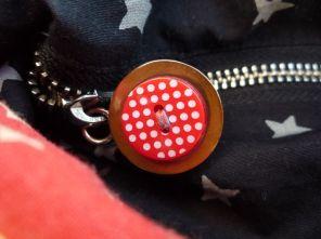Brennender Schuh - Reißverschluss Knopf rot mit weißen Punkten