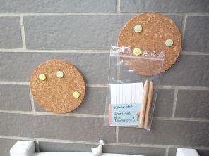 Brennender Schuh - Mini-Pinnwand bunte Reißnägel Nachricht hinterlassen Eingangsbereich Haustür Dekoration
