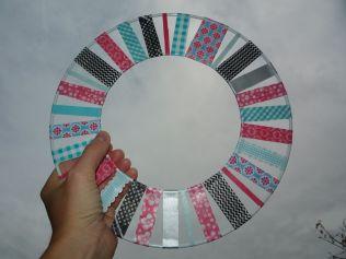 Brennender Schuh - selbstgebastelte Fensterdeko mit Washi-Tape Klebestreifen pink schwarz türkis