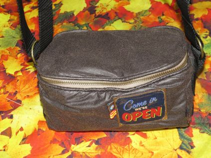 Brennender Schuh - braune gepolsterte Kameratasche Leder mit Reißverschluss Applikation Webband verstellbarer Gurt Steckschließe Männertasche Fototasche