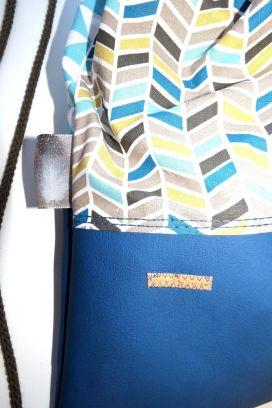 korkstoff-label-und-dekoband-federn-turnbeutel-rucksack-blaues-kunstleder-und-baumwollstoff-genaeht
