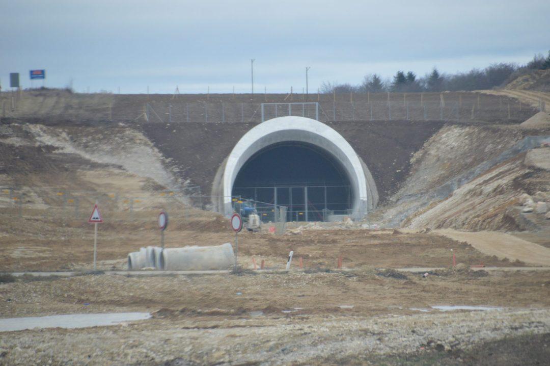 Tunnelportal für einen kurzen Tunnelabschnitt mit einer Röhre für beide Gleise