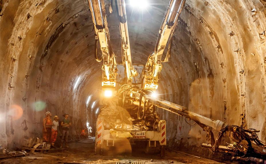 """Das Monster und der Tunnel: Riesenbohrmaschine bei der Arbeit, hier nahe dem Süditoler Ort Mauls: """"Aus volkswirtschaftlicher ist der Tunnel eine Katastrophe."""" © BBT © BBT"""