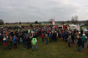 Über 500 Bürger protestieren gegen zusätzliche Bahngleise