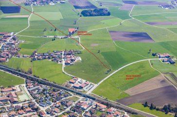 Das Luftbild zeigt, wie nah die neue Bahnstrecke an Ostermünchen vorbeiführt – mitten über den Sportplatz. Landwirtschaftliche Flächen werden zerschnitten und zerstören die Existenz der Landwirte. Quelle: Thorsten Jochim