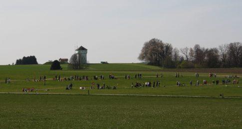 Wie eine Perlenkette reihen sich in Ostermünchen die Menschen gegen den Brenner-Nordzulauf auf. Quelle: Brennerdialog