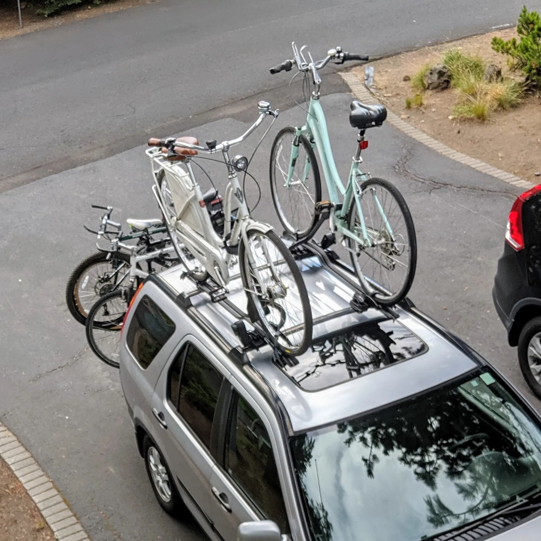 5 bikes on the car. Could've fit another one... ;-)