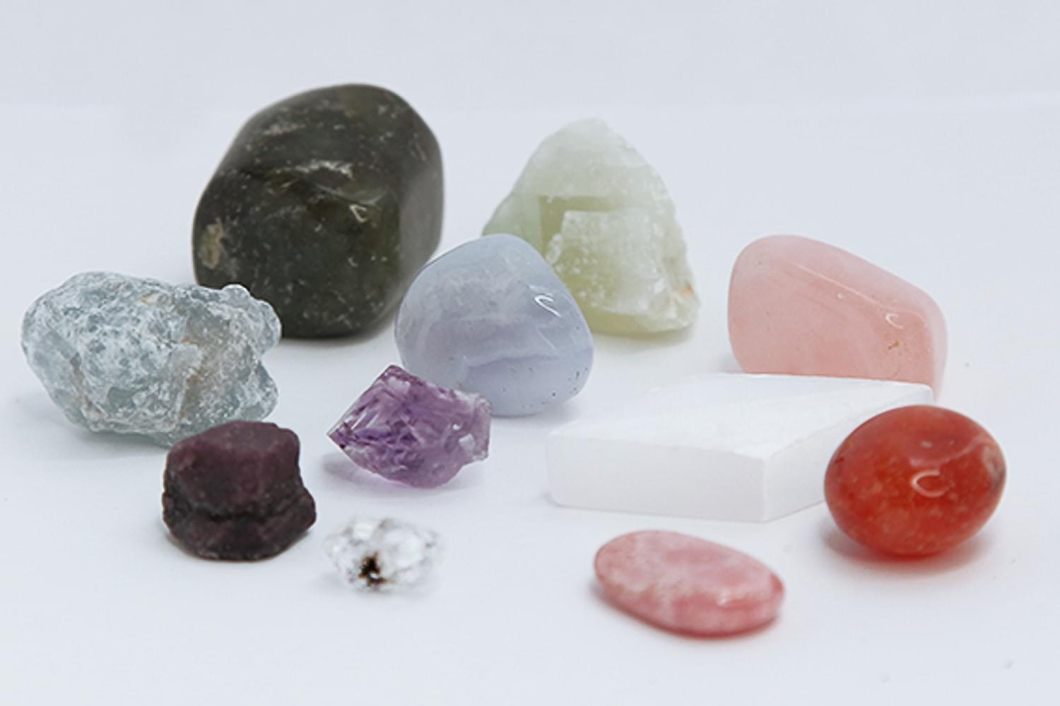 Connection_chakra_crystal_kit_garnet_diamond_amethyst_carnelian_quartz_selenite.min