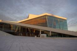 Opernhaus in Oslo im Abendlicht