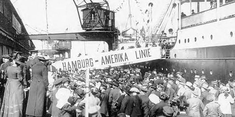 An old black and white photo showing German immigrants arriving at the US port.