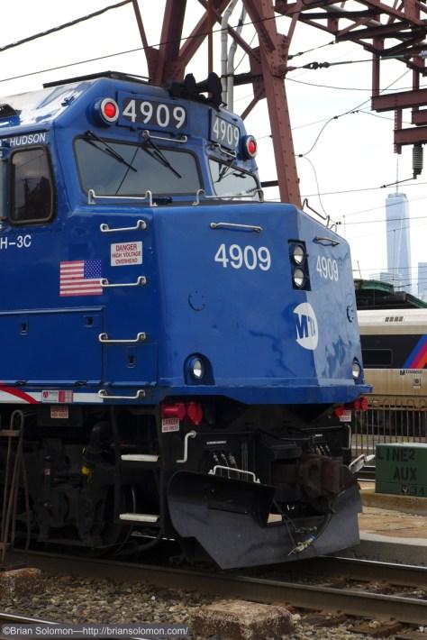 Metro_North_4909_at_Hoboken_w_WTC_vert_P1250844