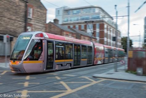 LUAS_3001_ad_tram_pan_Queen_St_P1310913