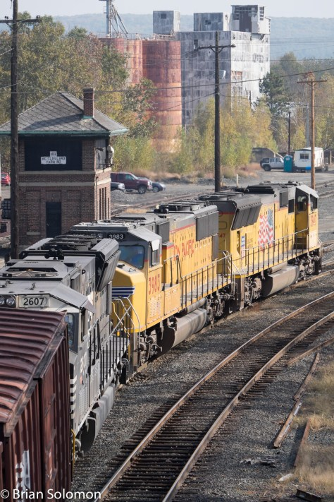 Freight 14R with Union Pacific and NS EMDs works into East Deerfield Yard. Where's the old SW1 that worked as the West End switcher?