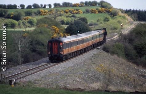 Irish_Rail_Mark2s_at_Manulla_Jct_on_Mayo_Line_1May2006_Brian Solomon_581888