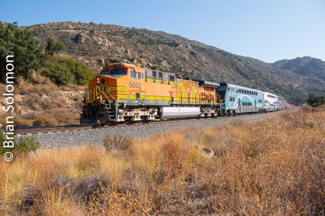 A BNSF General Electric-built AC4400CW leads Metrolink 118 near CP Davis on the west (north) side of Santa Susana Pass.