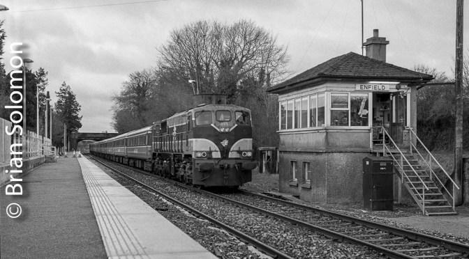 Irish Rail 085 at Enfield, December 2003.