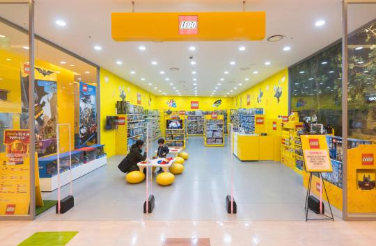 lego-store-hyundai-ipark-shopping-mall-seoul-march-woman-son-play-biggest-complex-south-korea-93139230