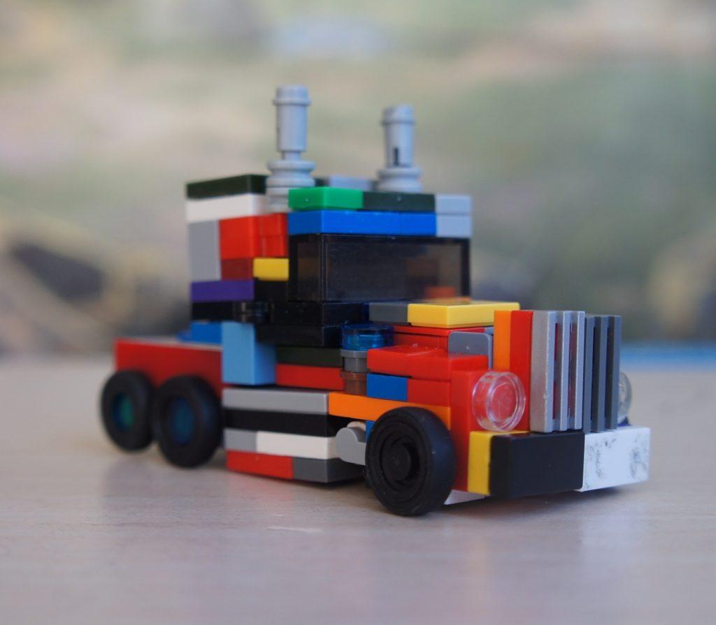 Лего-трансформер из старых кубиков в виде машинки