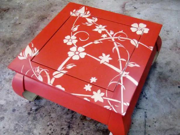 Comment peindre au pochoir sur une table en bois  BricoBistro