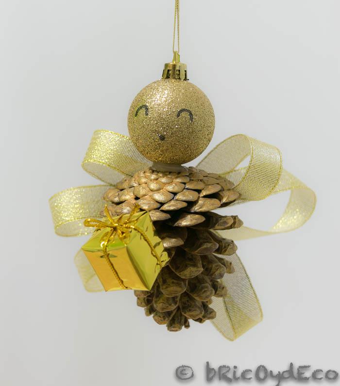 C mo reciclar pi as de pino en adornos navide os - Manualidades navidad con pinas ...