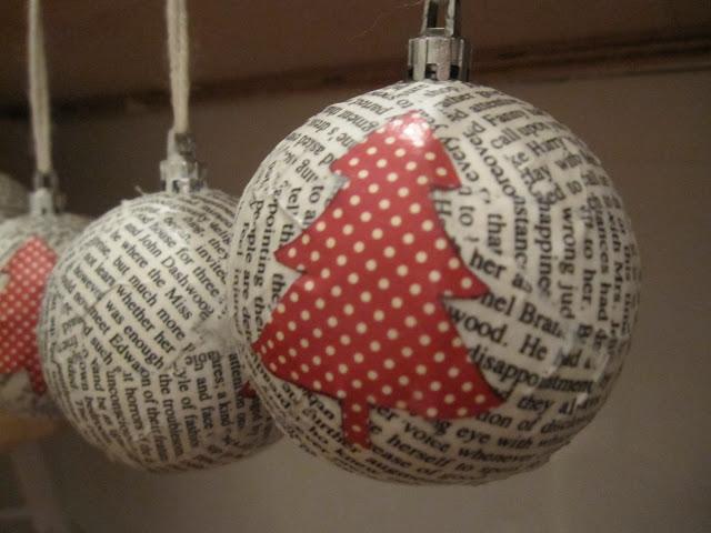 22 ideas de decoraci n de navidad con papel de peri dico - Bolas transparentes para decorar ...