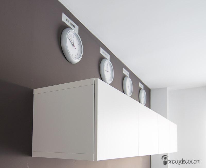 decoración de pared con relojes