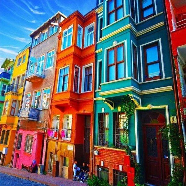 Casas coloridas fachadas e interiores con colores