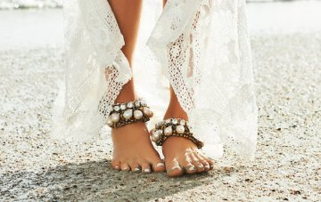 Swoon-worthy Trend Alert! Barefoot Beach Brides