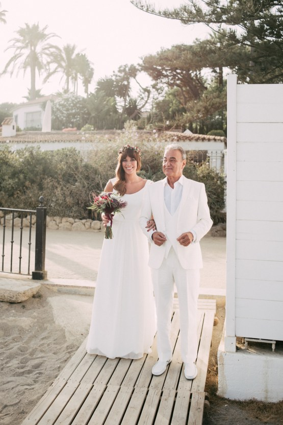 Relaxed All-White Spanish Beach Wedding With Seriously Glamorous Bridal Beauty Style | Sara Lobla Photography 32