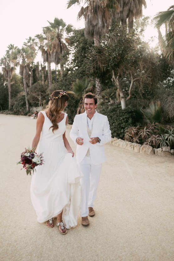 Relaxed All-White Spanish Beach Wedding With Seriously Glamorous Bridal Beauty Style | Sara Lobla Photography 36