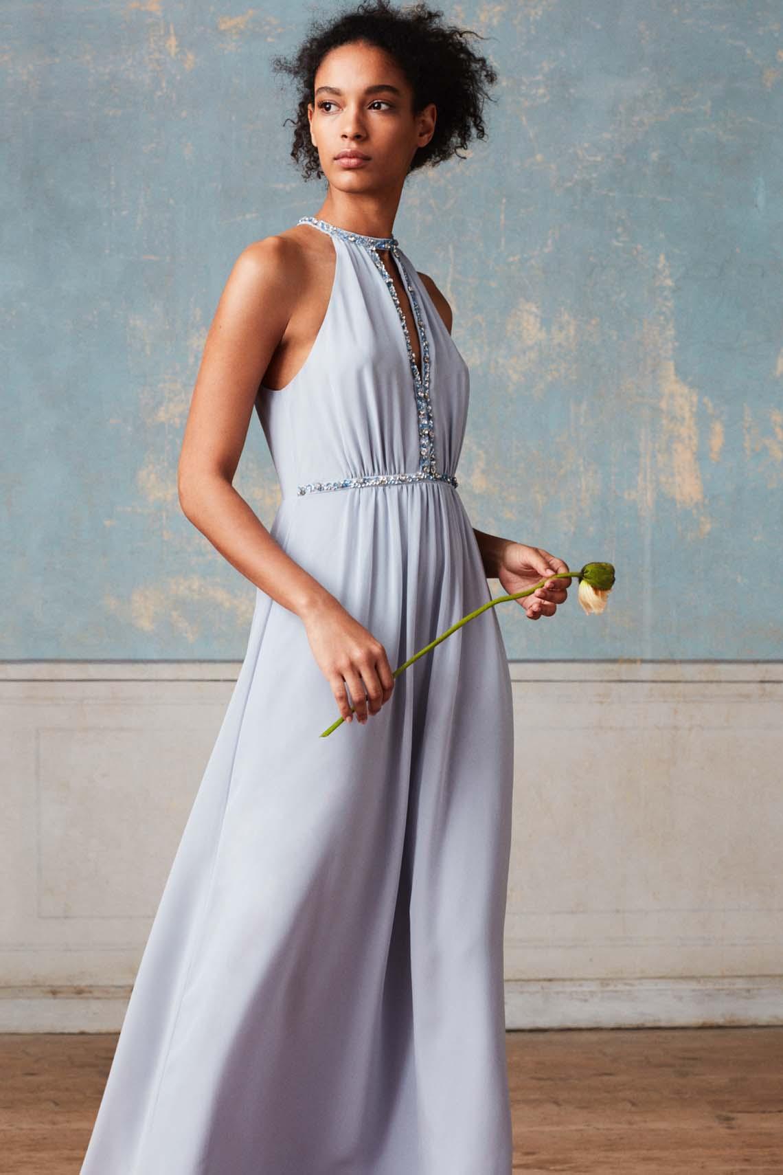 e97f53bd Kollektionen er på mange måder godt gennemtænkt for der er både mulighed  for at vælge brudekjoler, brudepigekjoler, kjoler til gæsterne, jakker og  sandaler.