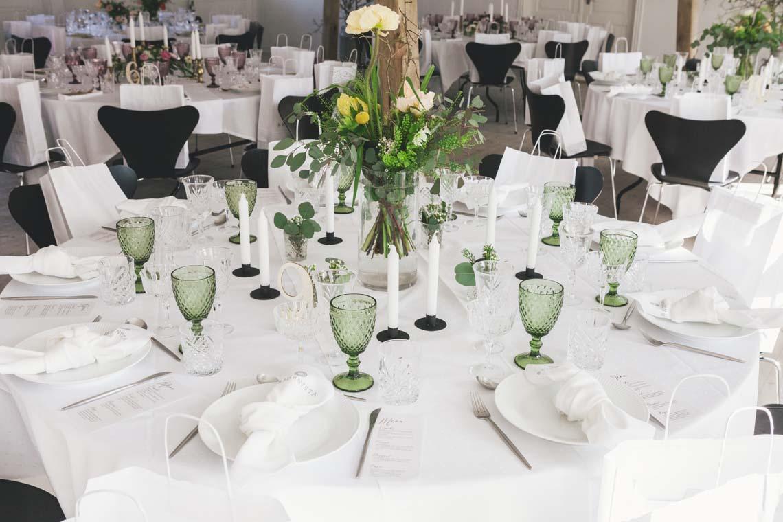 Nordisk forårsborddækning i hvid og med grønne glas Bridenista