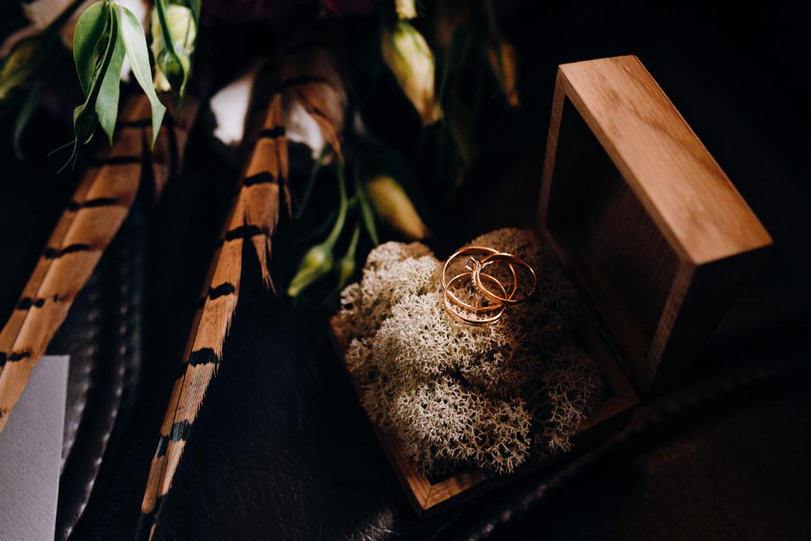 vielsesringe i trææske og fasanfjer
