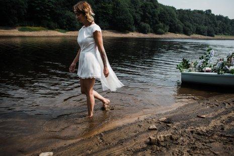 Waterside boho wedding shoot at Damflask Reservoir (c) Fox Moon Photography (23)