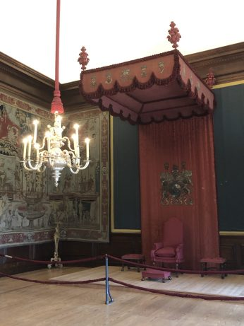 Guest throne