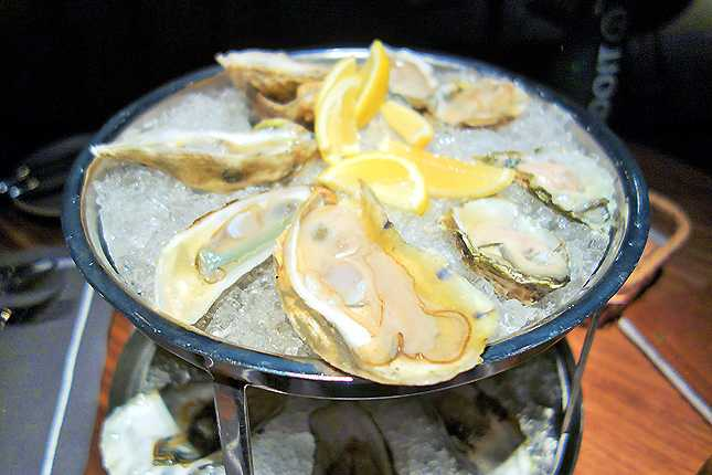 Oysters from both the east and west coasts of the US (Photo: Brigham Yen)