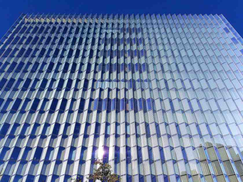 Both striking in appearance and energy efficient, 1,672 serrated window panels wrap the courthouse
