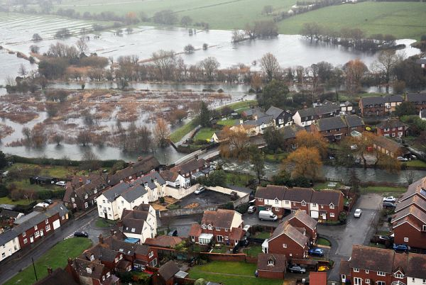 A_Flooded_Town_in_Oxfordshire_MOD_45158455