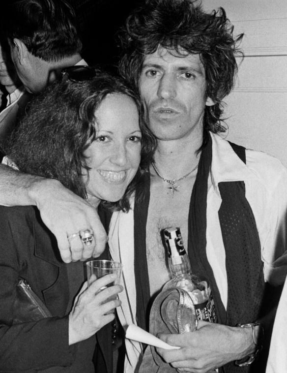 Lisa Robinson & Keith Richards backstage in NYC.credit.BobGruen