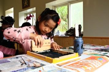Silk screen with kids Photo courtesy 蘇嘉琦