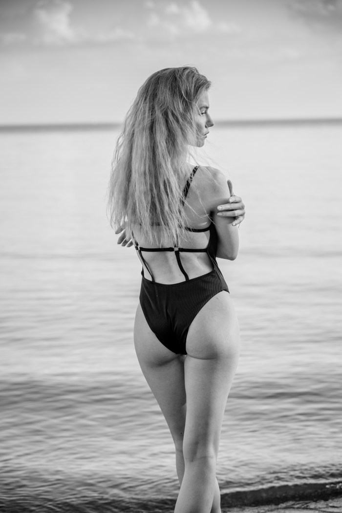 BLACK AND WHITE SHOT OF A SEXY MODEL IN A SWIMSUIT