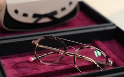 Hinter den Kulissen: Wie kommt eigentlich das Glas in die Brille?