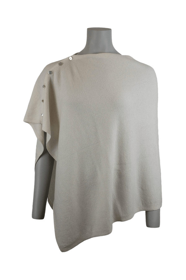 Vit - Gräddvit kashmirponcho med fina små pärlemorknappar på axeln