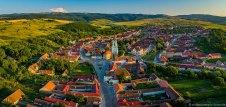 Luftaufnahme mit Panorama Blick auf Urwegen (rumänisch Gârbova, ungarisch Szászorbó).