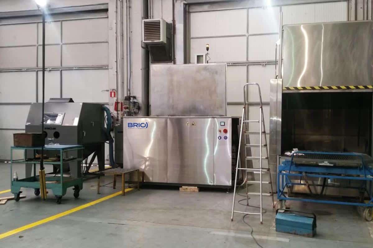 maquina de limpieza por ultrasonidos instalada en un taller de mantenimiento naval.