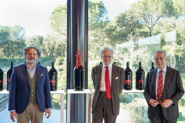 Left to right: Axel Heinz, Giovanni Geddes and Marchese Ferdinando Frescobaldi, with coral-bedecked bottle