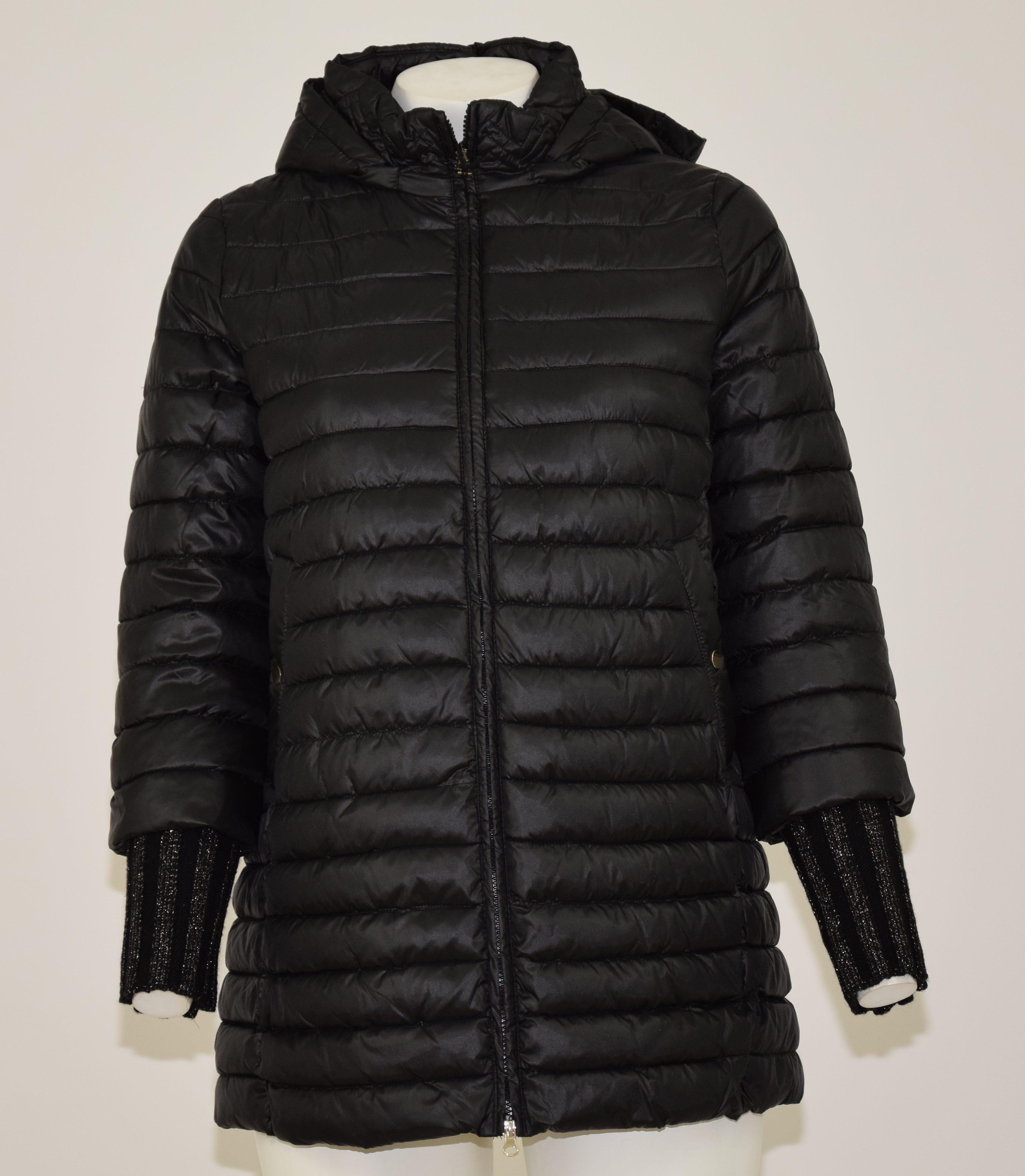 Giubbotto lungo di piumino (eco piuma) con cappuccio e polsini in lana nera con brillantini, davanti due tasche