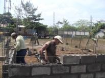 PADRE DE FAMILIA APOYANDO EN LA CONSTRUCCION
