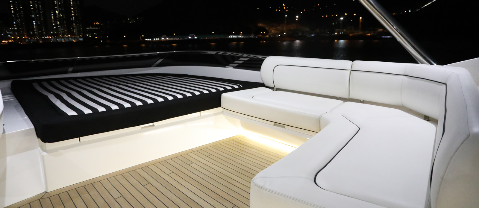 Sunseeker-28-Metre-Yacht-Diablo-Flybridge-Seating-and-Sunbathing